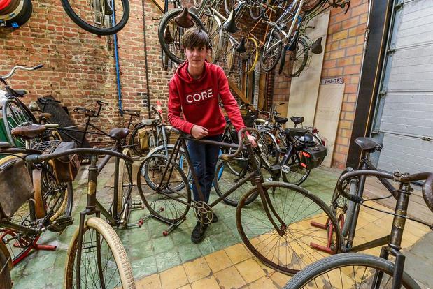 Robin Verschuere (16) uit Geluwe geeft stokoude fietsen een tweede leven