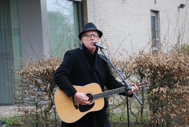 Wzc Samen Wakken organiseert hartverwarmend optreden van Yves Myny als steun voor bewoners