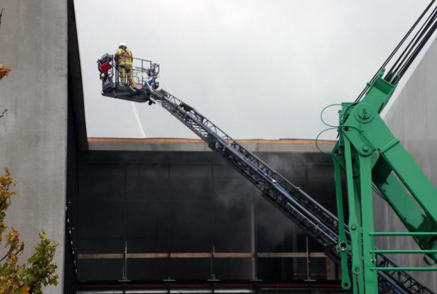 Dakbedekking in brand op bedrijfsgebouw op Evolis