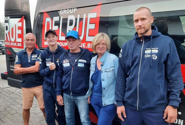 Delfine Persoon en team deze morgen met bestelbusje vertrokken uit Gits richting wereldtitelkamp