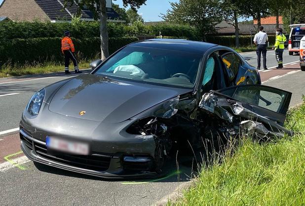 Porsche botst op vrachtwagen