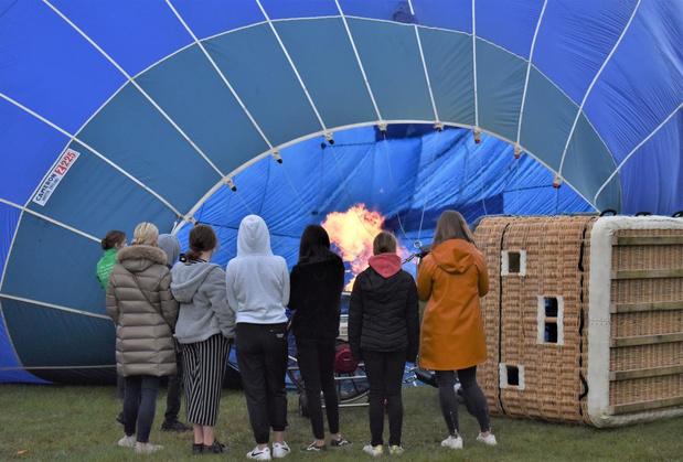 Vzw Glek maakt kansarme jongeren blij met ballonvaart