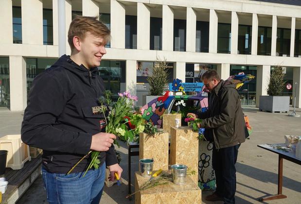 Tieners zetten personeel AZ Groeninge -letterlijk- in de bloemetjes