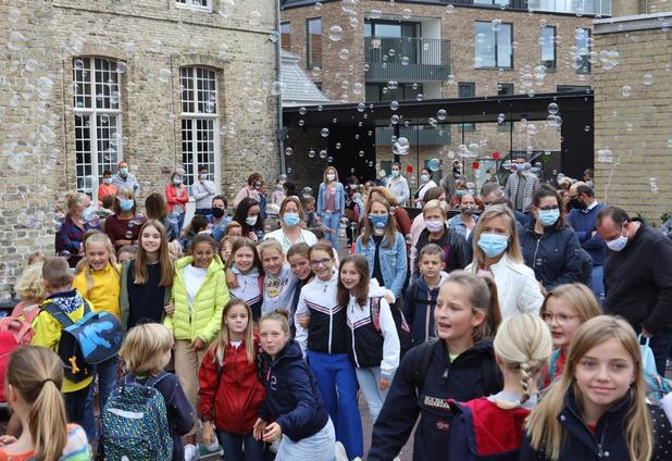 VBS Houtmarkt start eerste schooldag met bellenblaasmachine en dj-party
