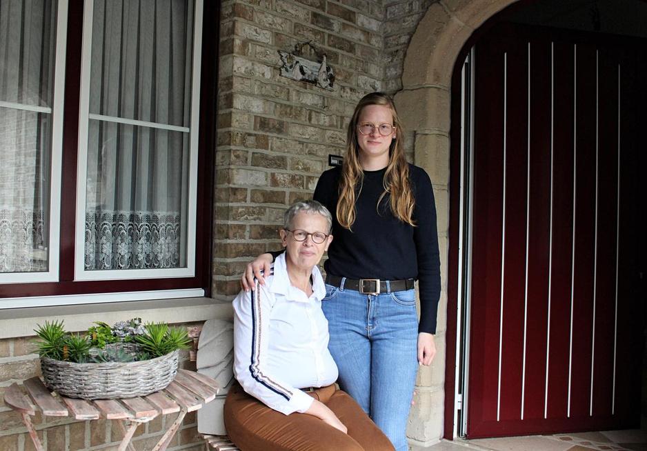 Lotte (21) zorgt al drie jaar voor haar zieke moeder Claudine (53)