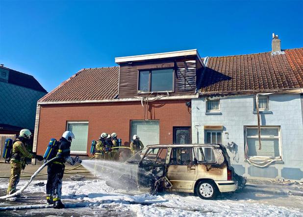 Oldtimer brandt uit in Stationsstraat in Oudenburg, twee huizen beschadigd