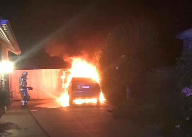 Mercedes uitgebrand op oprit