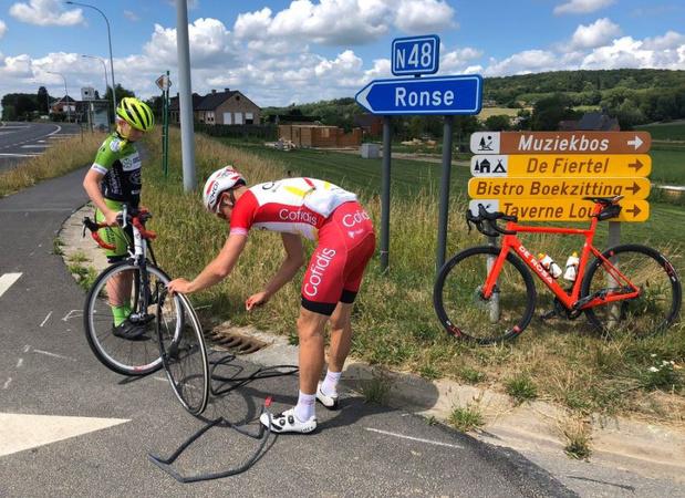 Julien Vermote helpt aspirant met lekke band langs de weg