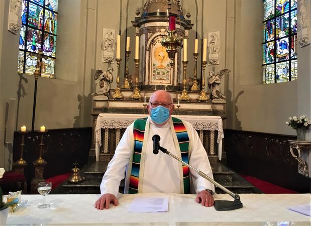 Stuur hem een kaartje: 'padre' Hubert (84) moet na elke mis een week in quarantaine