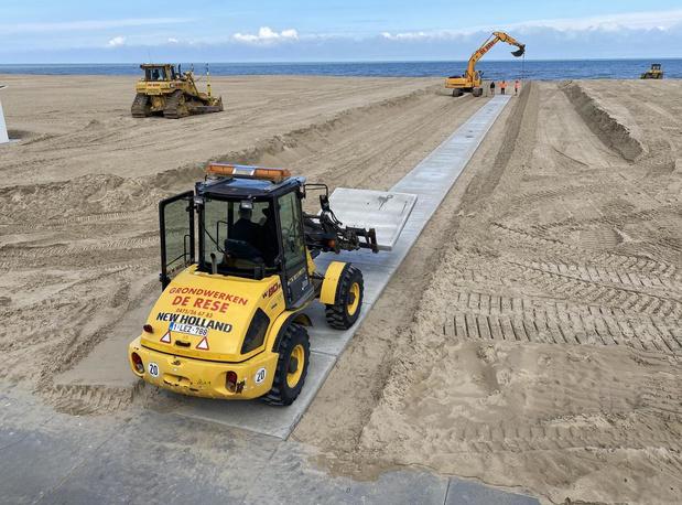 Aannemer legt betonnen pad op strand in Oostende