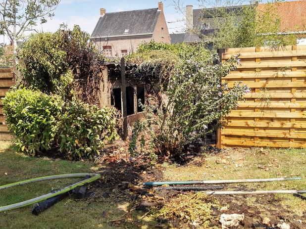 Bewoners gooien kolen na BBQ op composthoop, tuin gaat bijna in vlammen op