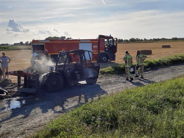 Landbouwvoertuig brandt uit in Diksmuide, boer kan zich op tijd uit de voeten maken