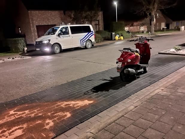 Bromfietser zwaargewond nadat hij stoeprand raakt en valt