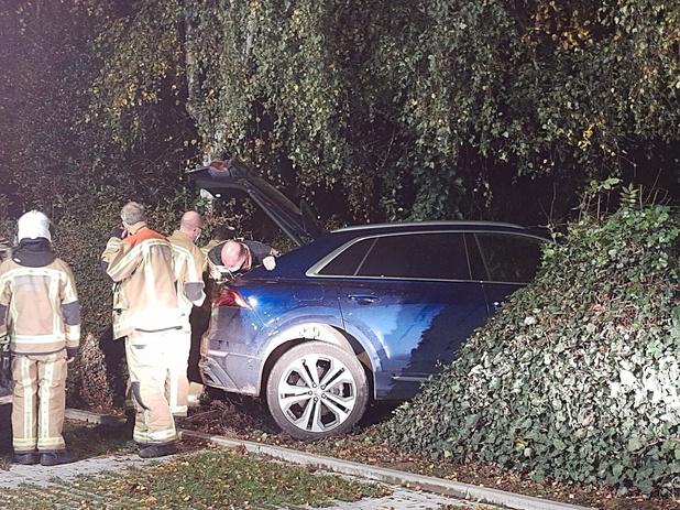 Dronken man parkeert auto in struikgewas op parking tennisclub