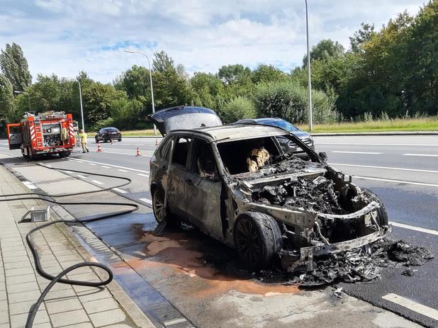 Auto brandt helemaal uit langs de Oudstrijderslaan in Ieper