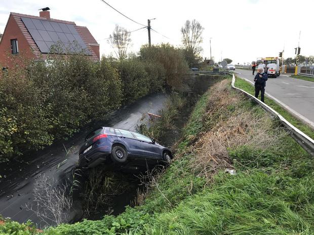 Vrouw sukkelt diepe gracht in met auto in Steenkerke