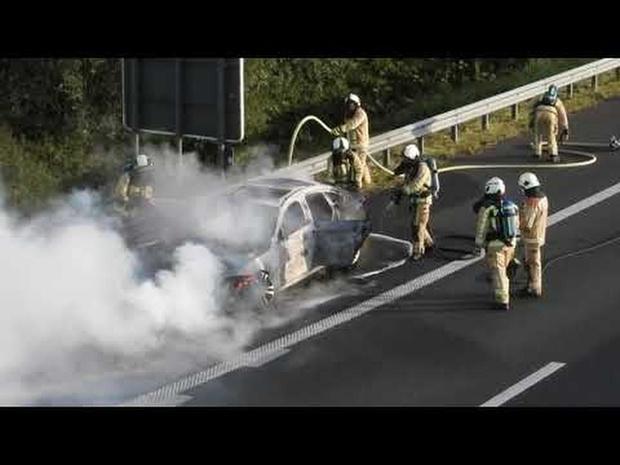 Auto gaat in vlammen op langs E403