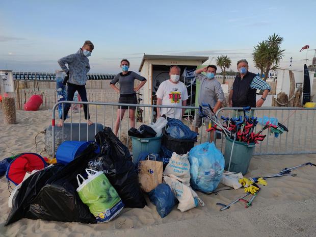 De Proper Strand Lopers halen meer dan 15.000 liter afval van het strand deze zomer