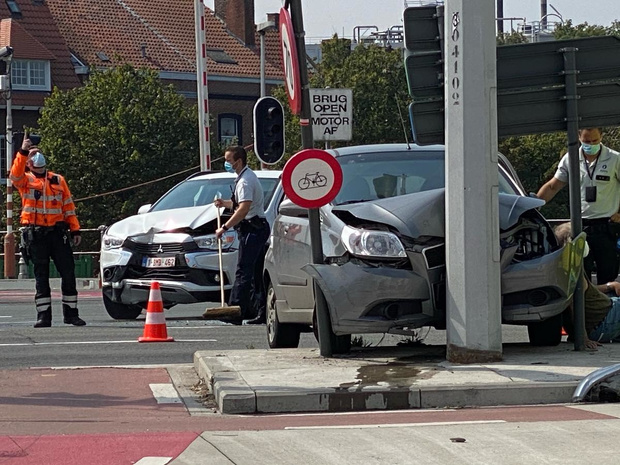 Auto na botsing tegen verlichtingspaal geslingerd