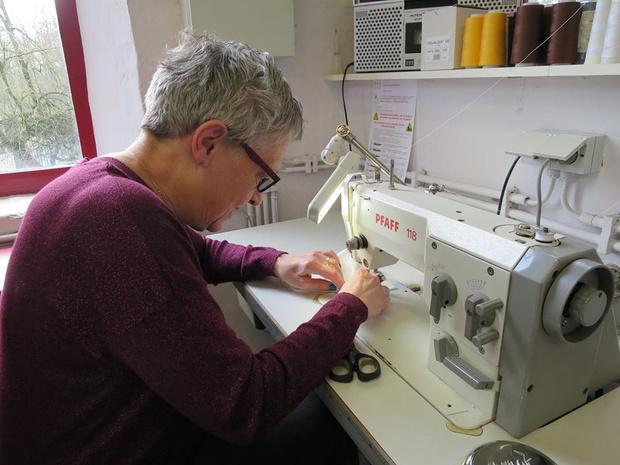Voorbereiding Heilig Bloedprocessie opgeschort, kostuumatelier maakt nu mondmaskers