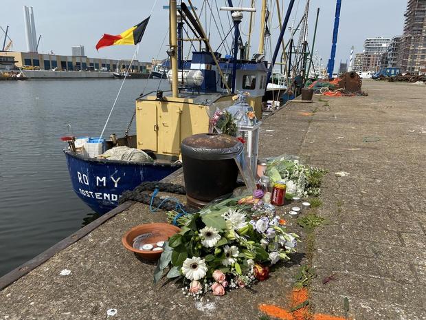 Vrienden en familie nemen afscheid van visser Andy op plaats van ongeval