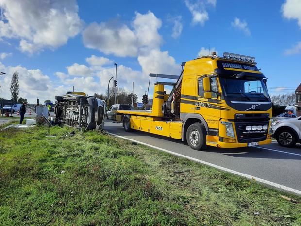 Zware botsing aan Gistelbrug: wagen op zijkant, twee verkeerslichten geramd