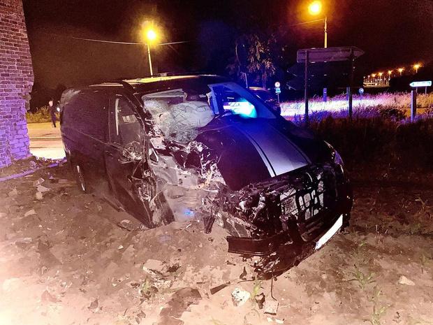 Bestelwagen ramt huis, als bij wonder geen gewonden