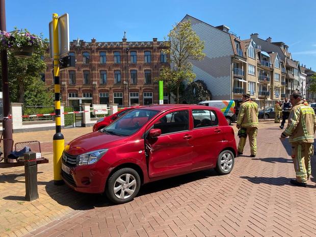 Verwarde vrouw rijdt bestelwagen en signalisatiepaal aan