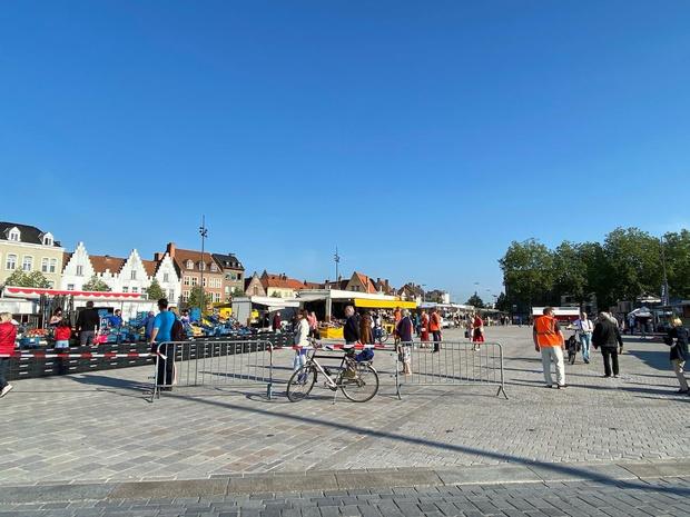 Bezoekers moeten even zoeken naar vertrouwde kraam op Brugse woensdagmarkt