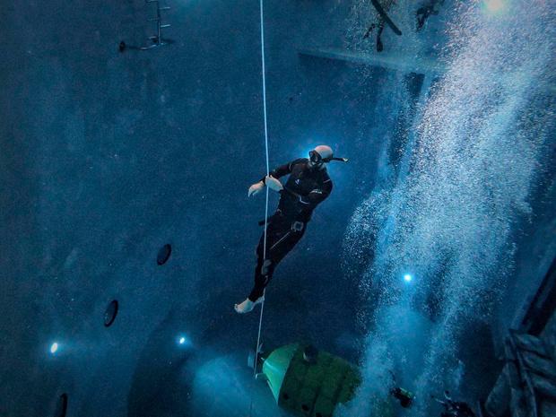 Onze Man duikt zonder zuurstoffles in de diepste tank van onze provincie