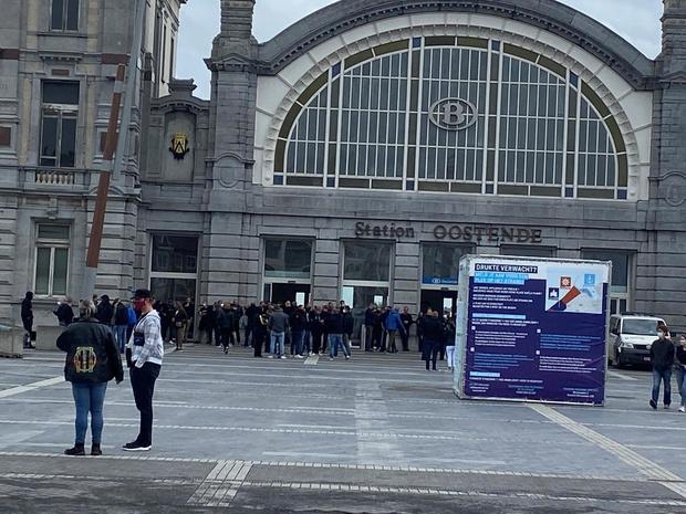 250 actievoerders verzamelen aan station in Oostende, politie grijpt voorlopig niet in