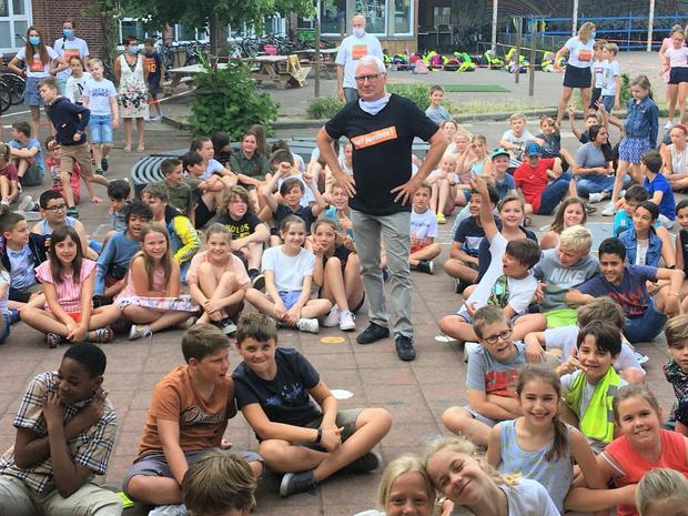 Schooldirecteur Geert Depoortere in Heule met pensioen en uitgewuifd met... Marc Van Ranst