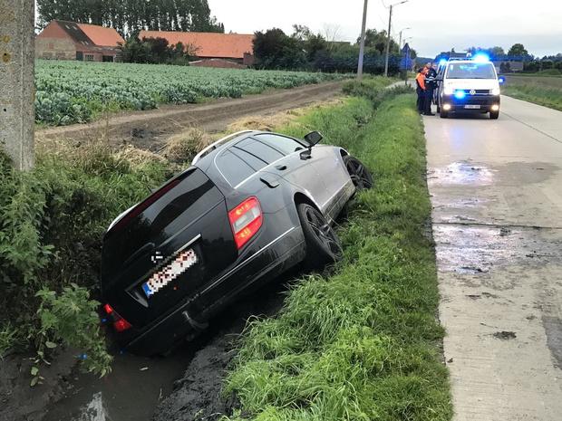 Chauffeur wijkt van de weg en belandt in gracht