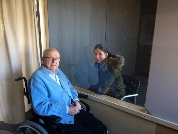 Babbelbox brengt Izegemse senioren van De Plataan in contact met familie