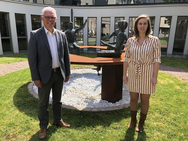 Delphine Lemahieu neemt directeursfakkel over van Marc Dekervel in WZC Ter Linden Veurne