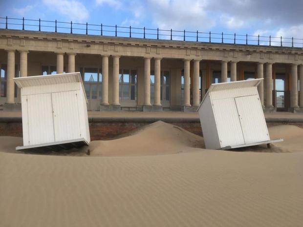 Hevige wind verplaatst strandcabines