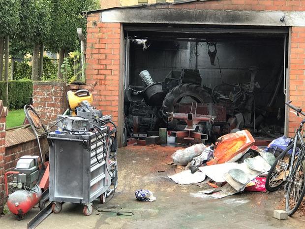 Bijgebouw naast garage uitgebrand in wijk De Mokker, klassieke tractor gered