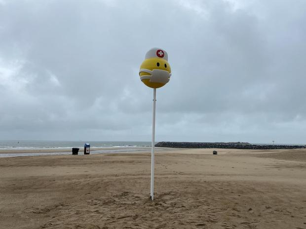 Nieuwe zee-moji's op strand : lachend spookje en smiley met mondmasker