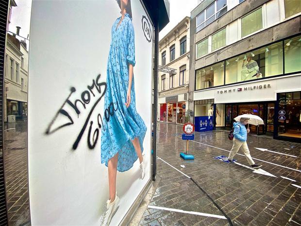 Vandalen besmeuren gevels in Kapellestraat in Oostende met graffiti