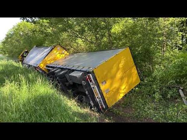 KW.be: Vrachtwagen belandt in gracht langs E403 in Beernem