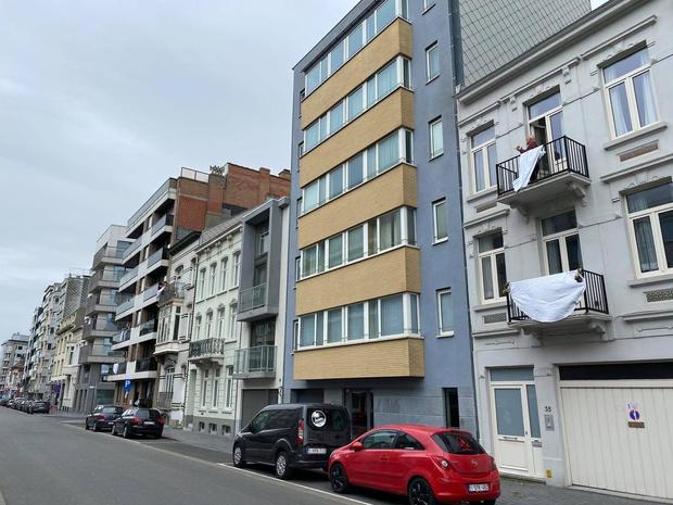 Vlaggen en applaus in Oostende, maar geen kaarsjes in de kerk
