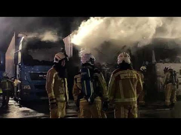 Drie vrachtwagens branden uit in Zeebrugge