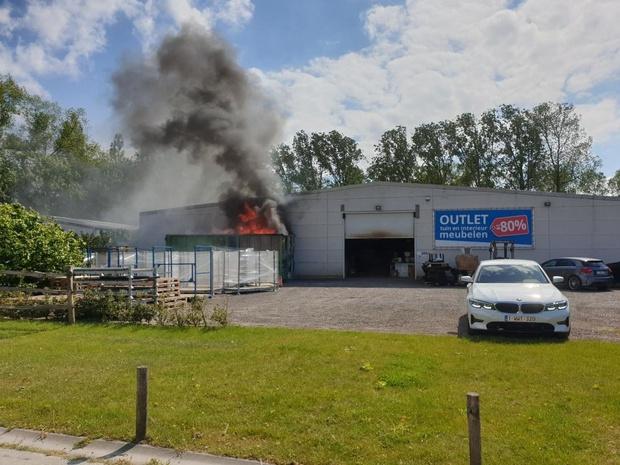 Container vat vuur aan outletstore in Oostkamp