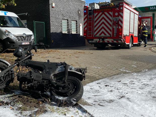 Bromfiets gaat in vlammen op in Sint-Kruis