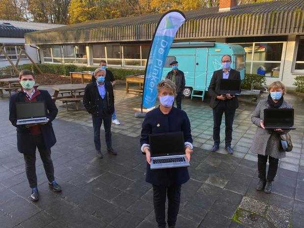 Serviceclubs uit Ieper en Poperinge overhandigen 17 laptops aan De Pinker