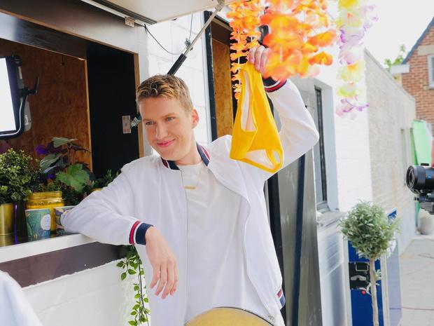 Louis Flion lanceert zijn nieuwe single 'Knalgele Speedo'
