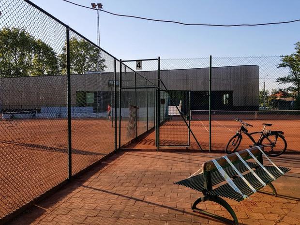 """Tennisplein Vichte gebruikt als hondenweide """"Mogen we wat meer respect vragen?"""""""