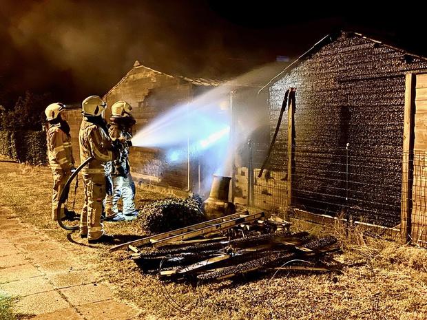 Brand vernielt twee tuinhuizen
