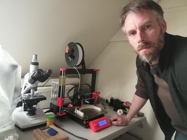 Leerkracht Atheneum Veurne print gezichtsschermen in 3D voor zorgverleners