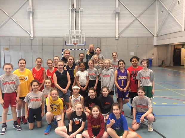 Ann Wauters moedigt jonge basketters aan in Kortrijk